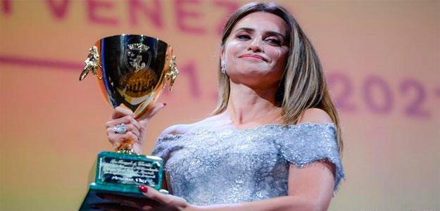 El Festival de Venecia otorga a Penélope Cruz la Copa Volpi por 'Madres paralelas'